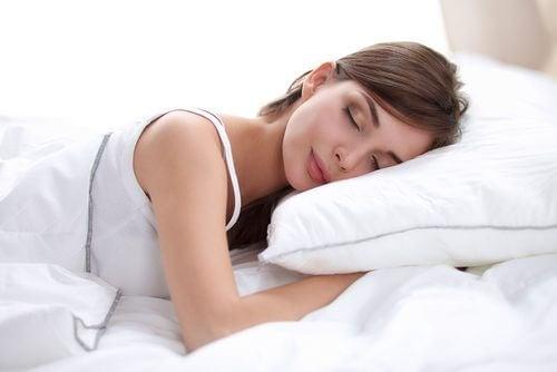 Kobieta śpi w czystej pościeli