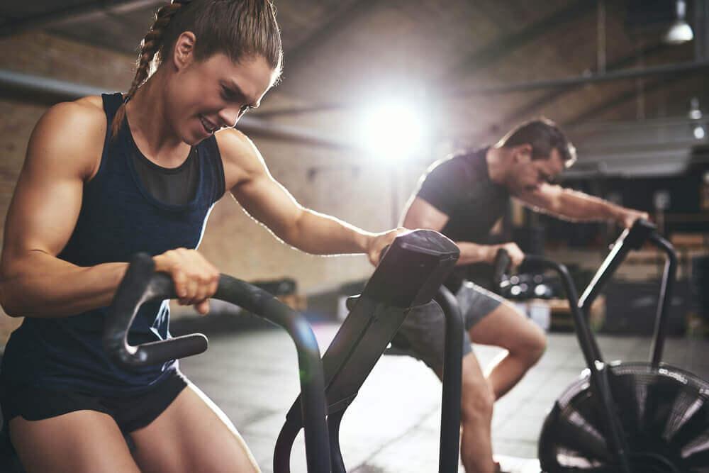Kobieta i mężczyzna na siłowni