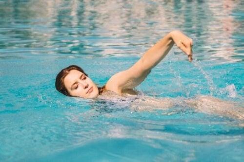 Kobieta pływa Pływanie to sport dla każdego.