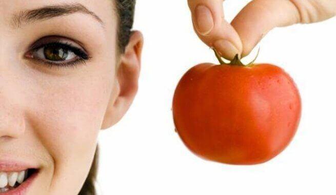 Kobieta z pomidorem.