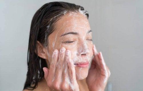 kobieta peeling twarzy