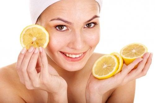 Kobieta stosująca cytrynę na skórę