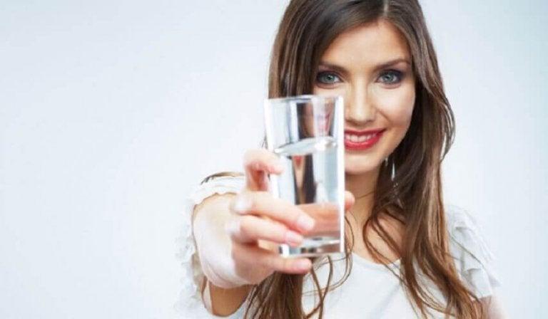 Kobieta ze szklanką wody.