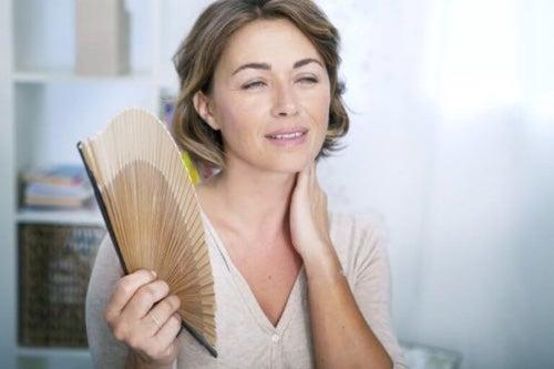 Menopauza wiąże się z objawami takimi jak uderzenia gorąca.