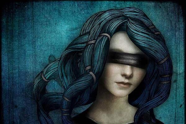Kobieta w opasce na oczach.