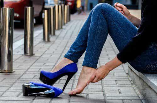 Chodzenie w wysokich obcasach - 7 trików aby pozbyć się bólu