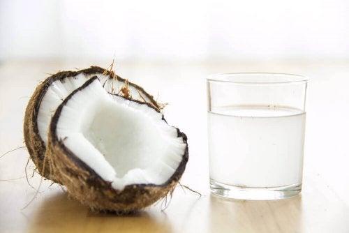 kokos i szklanka wody kokosowej