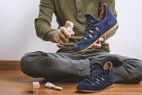 mężczyzna czyści buty