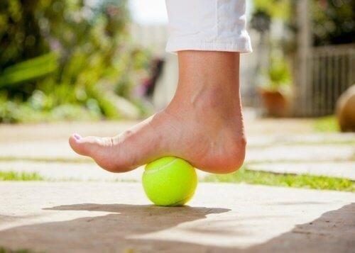 stopa na piłeczce tenisowej Ogromnym plusem tenisa jest to, że jest on dyscypliną grupową.