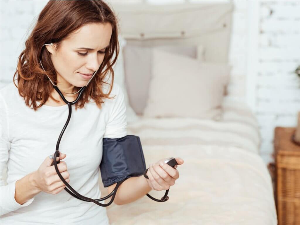 Kobieta mierząca ciśnienie.