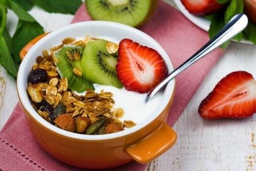 Miska owsianki z jogurtem greckim, produkty białkowe