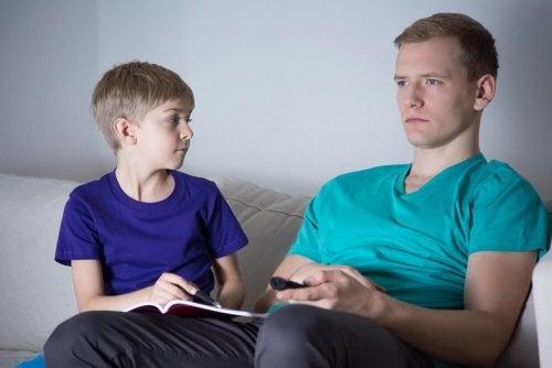 chłopiec i ojciec - dziecko nie chce słuchać