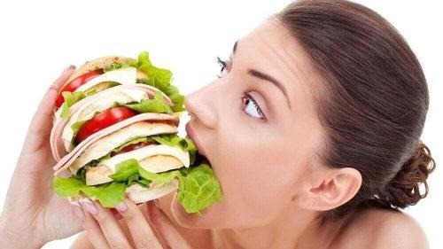 objadanie się i niejedzenie śniadań