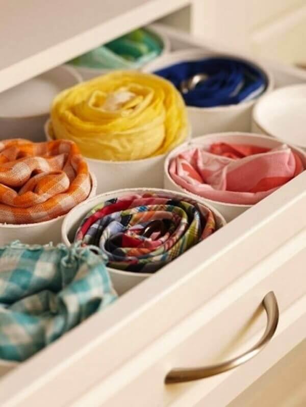Okrągłe pojemniki w szufladzie