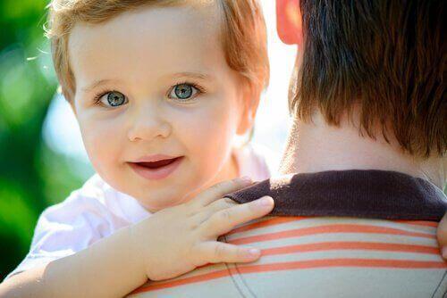 niemowlę na rękach