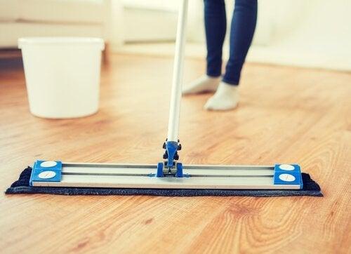 Drewniane podłogi – 5 produktów, które nadadzą im blask
