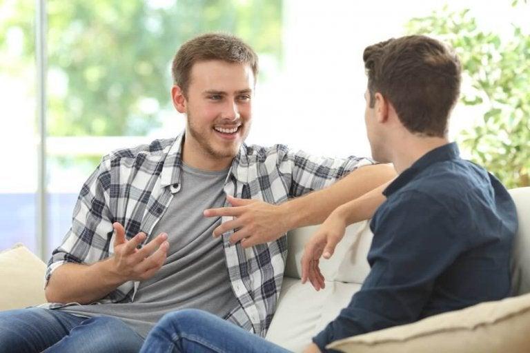 Dwóch przyjaciół prowadzących rozmowę.