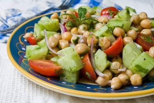 Sałatka warzywna - 4 przepisy z roślinami strączkowymi