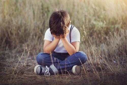 Smutne samotne dziecko