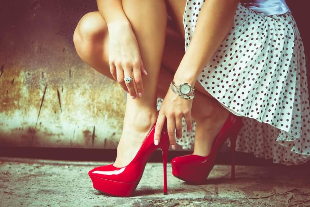 Stopy w czerwonych szpilkach