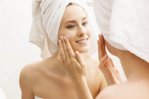 Kobieta podczas higieny twarzy naturalne mydło owsiane