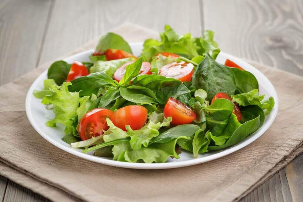 Zielona sałatka z pomidorem