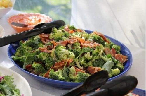 Brokuły zapiekane z szynką – zdrowy pomysł na obiad