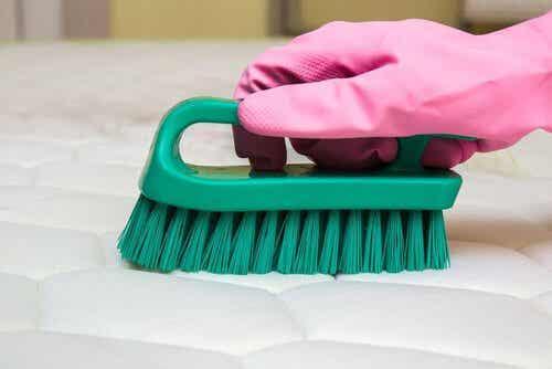 Usuwanie przykrego zapachu z materacy - tricki