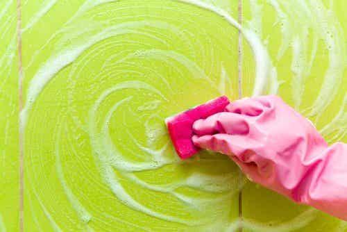 Pozostałości mydła pod prysznicem - jak je usunąć?