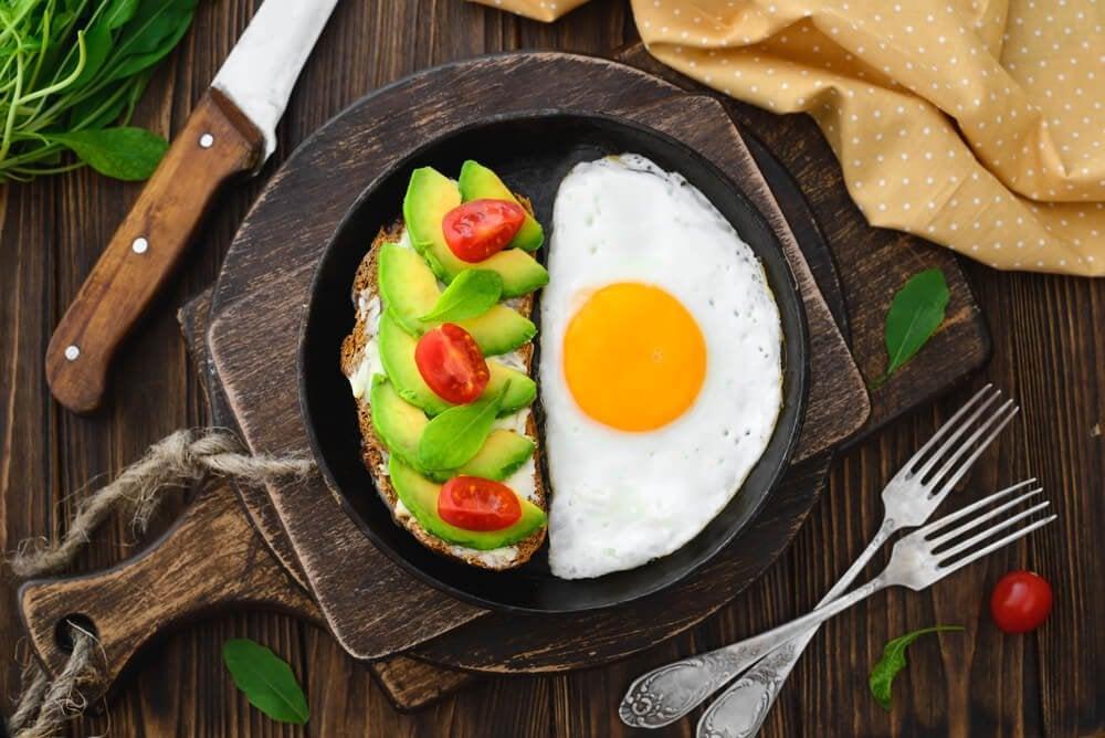 Jajko i kanapka z awokado