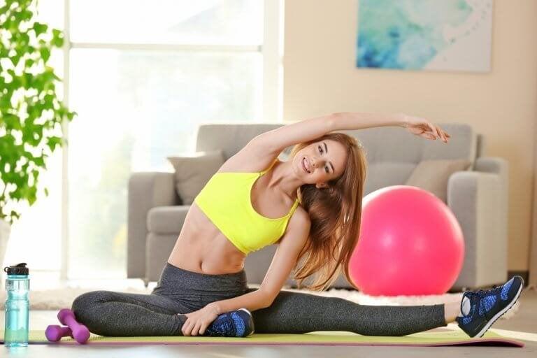 Kobieta wykonująca ćwiczenia fizyczne.
