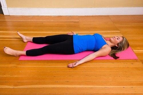 antystresowe działanie jogi - ćwiczenia na macie
