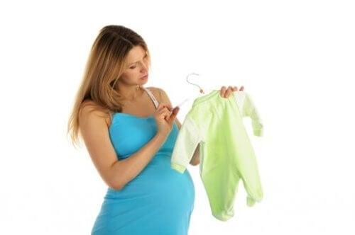 Torba na dzień porodu - kobieta wybiera ubranka