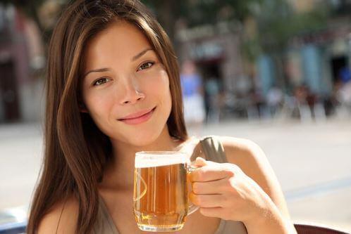 Kobieta z kuflem piwa