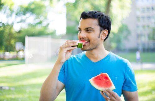 Mężczyzna je arbuza