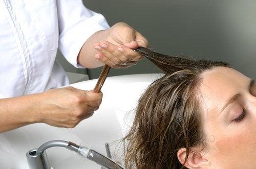 objętość włosów- masaż skóry głowy