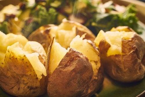 Pieczone ziemniaki – 5 przepisów na przekąski z pieca