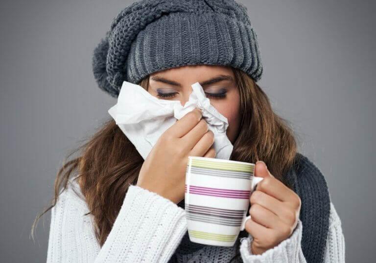 Kobieta cierpiąca z powodu przeziębienia atakującego układ oddechowy.