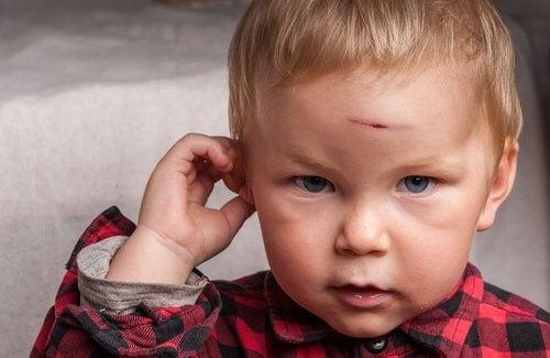 Chłopiec - uderzenie w głowę