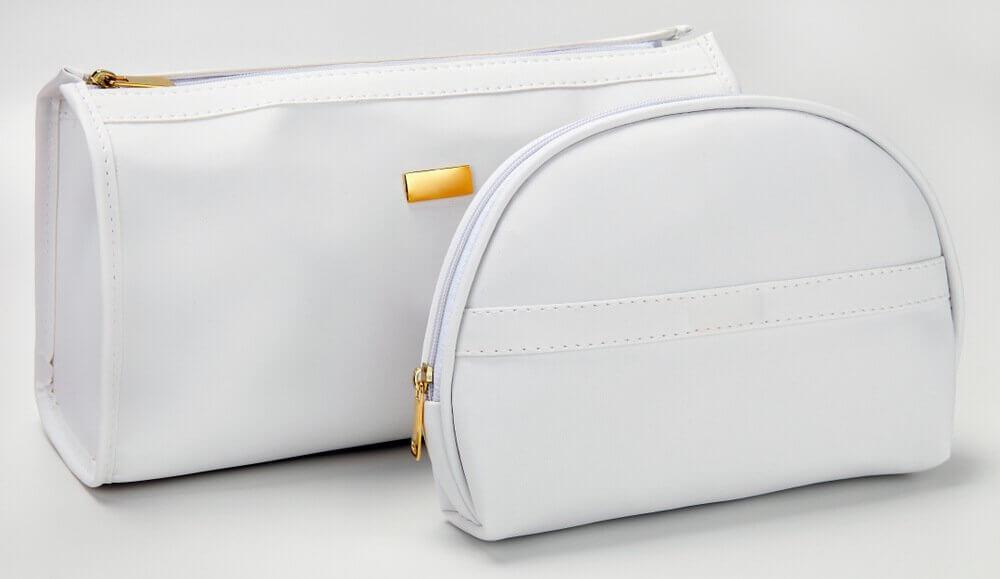 Dwie białe kosmetyczki