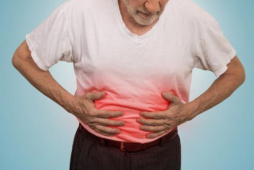 mężczyzna z bólem żołądka