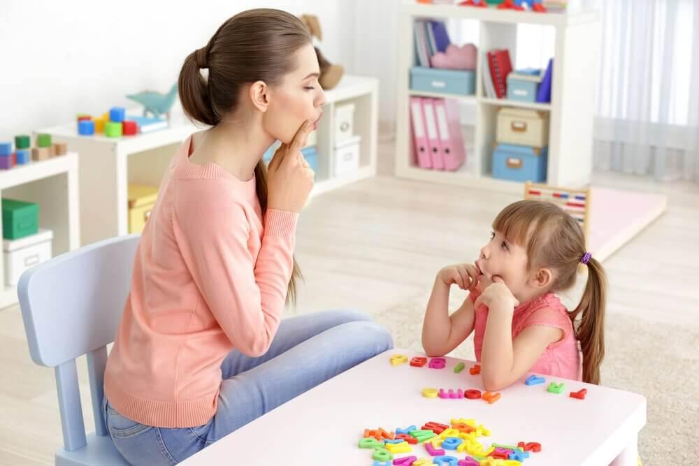 Mama i córka podczas ćwiczeń mowy