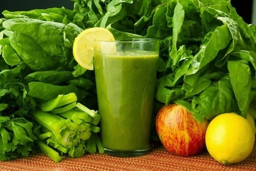 Leczniczy napój na eliminację toksyn – szpinak, marchew, cytryna
