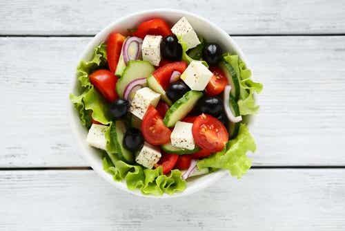Sałatka grecka - zaskocz wszystkich jej smakiem!