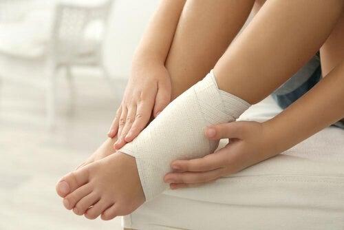 Skręcenie kostki - 5 domowych remediów, aby poczuć ulgę w bólu