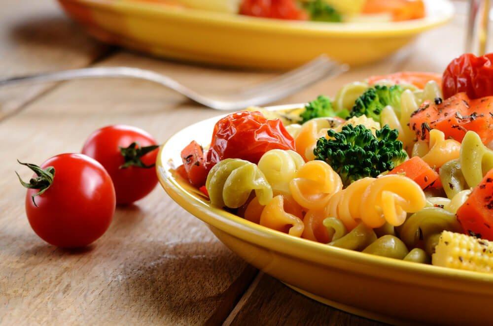 Talerz makaronu z warzywami