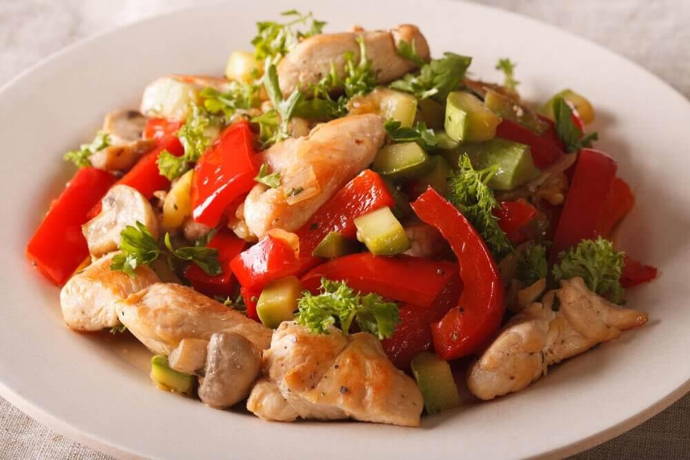 Talerz sałatki z kurczaka