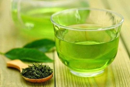 zielona herbata w szklance