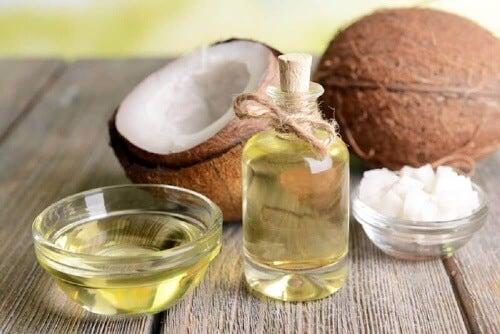 Przygotuj balsam mieszając ocet z olejem kokosowym.