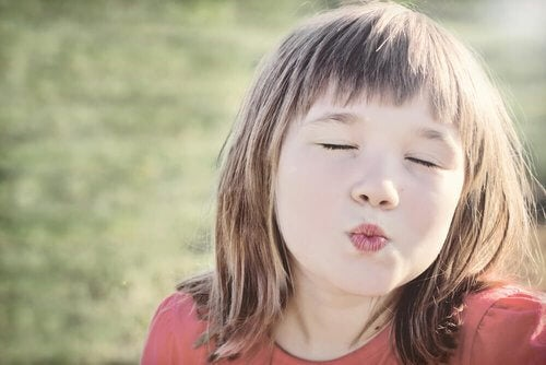 Wymuszanie buziaków u dzieci – dlaczego stanowi błąd?